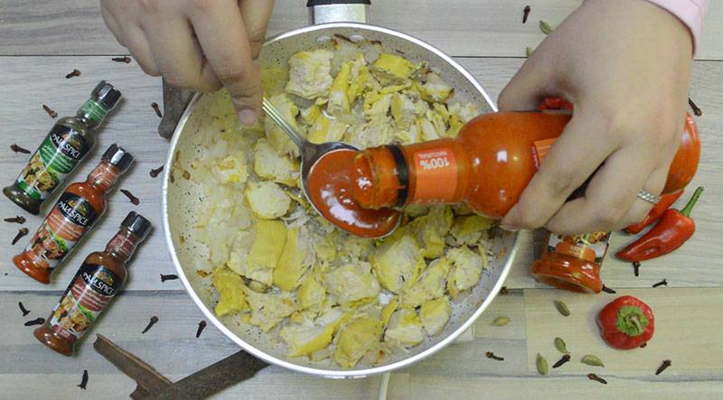 اضافه کردن چاشنی بلوچی آلس پایس برای خوشمزه شدن گبولی مرغ